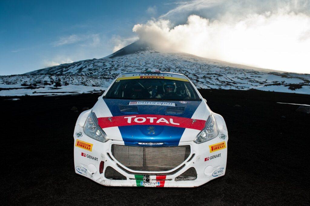 "Leoni sull'Etna. La Peugeot 208 T16 sfida ""a muntagna"""