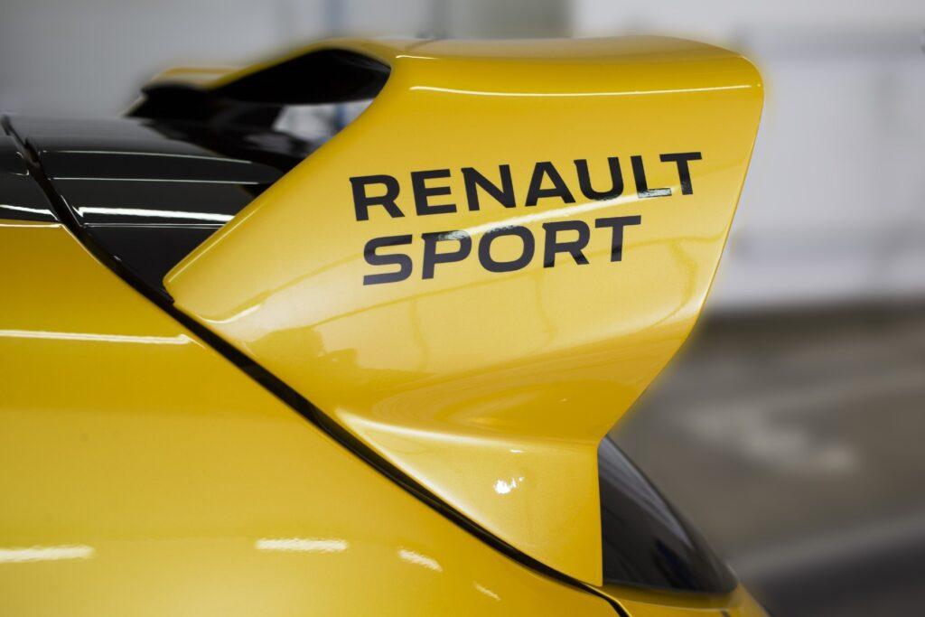 Lo spoiler posteriore maggiorato è preso pari pari da quello della Clio Cup. A 200 Km/h si hanno 40 kg di pressione dell'aria sul posteriore