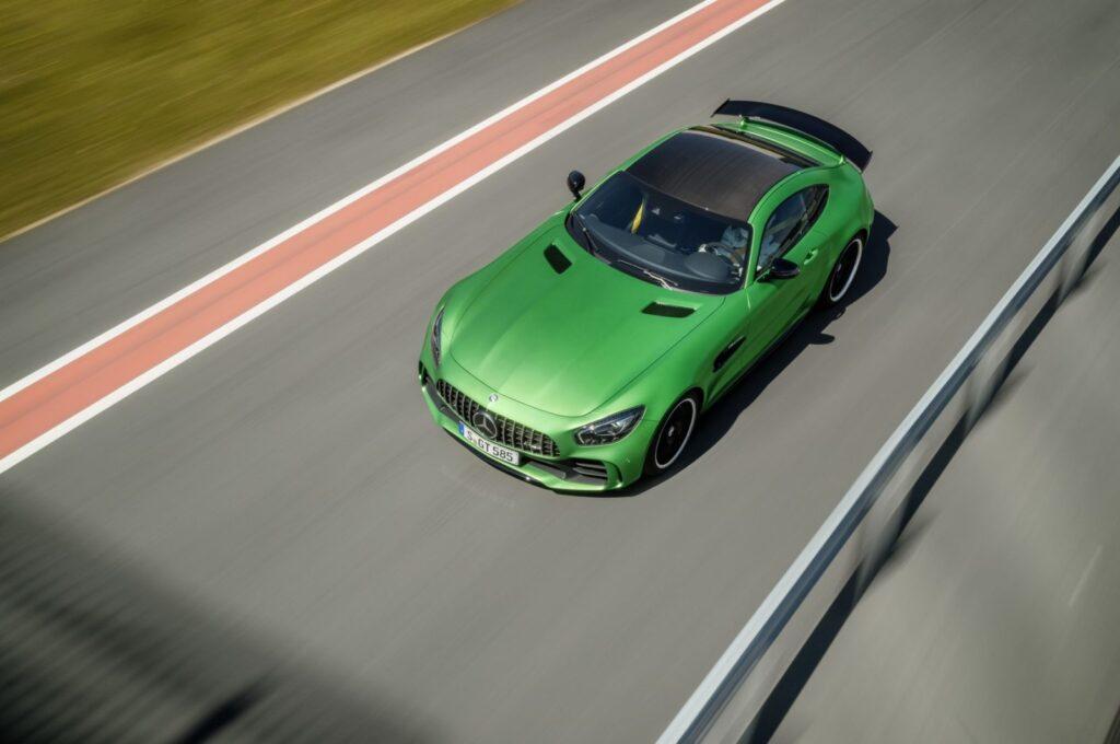 Questa AMG GT R è il terzo modello della famiglia AMG GT ed è la massima espressione tecnologica della gamma.   Nello sviluppo sono stati impiegati i dati confluiti dall'esperienza diretta in pista della versione GT3.