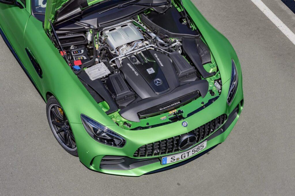 Lo splendido motore della AMG GT R: 4 litri biturbo, V8, 585 cavalli e una titanica coppia di 700 Nm. Basta?