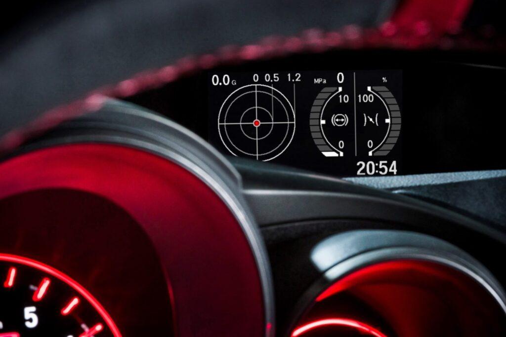 Nel cruscotto il display multifunzione comunica sia i dati telemetrici relativi alla guida e sia quelli dedicati alle temperature operative.