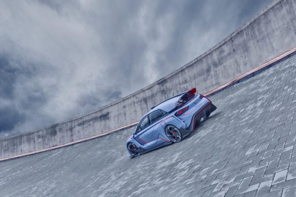 Lo spoiler posteriore è una soluzione che certamente, non potrebbe essere riportata in una vettura da corsa TCR. In questo concept sopra lo spoiler c'è una sorta di pinna che corre in tutta la sua lunghezza e che richiama le più evidenti pinne che hanno fatto la loro ricomparsa nelle monoposto di F1 e che sono da anni presenti nei prototipi di classe LMP2