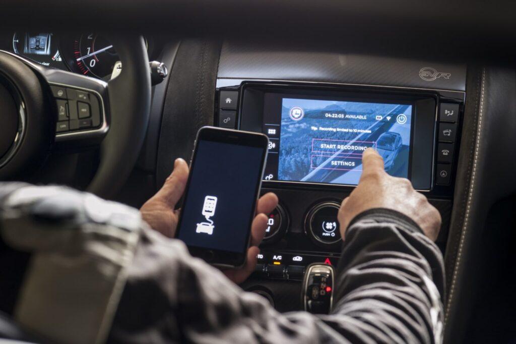 Il sistema si collega alla GoPro via wifi e tramite USB al sistema di infotainment della F-Type