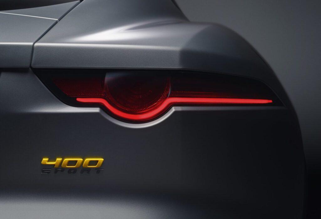 """I badge e le scritte """"400 Sport"""" in giallo e grigio scuro satinato caratterizzano questo modello speciale"""