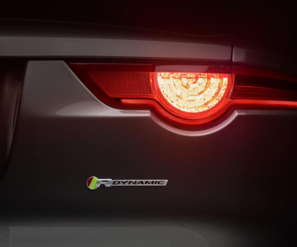 Il faro a LED posteriore rinnova la firma luminosa che richiama la E-Type, ma viene enfatizzata nella potenza luminosa e grazie all'adozione di una mascheratura più scura