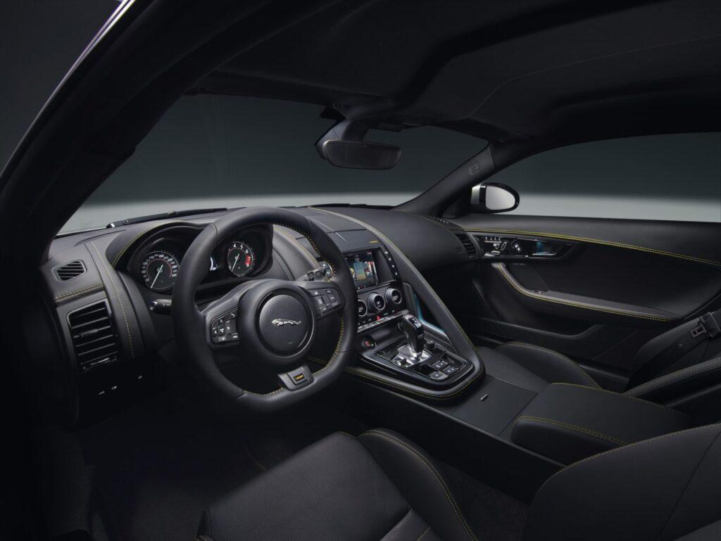 La cura dei dettagli e la pesonalizzazione spinta a seconda dei modelli disponibili è una delle caratteristiche della Jaguar F-Type MY2018. I sedili variano per forma e rivestimenti. Questi sono gli interni della 400 Sport
