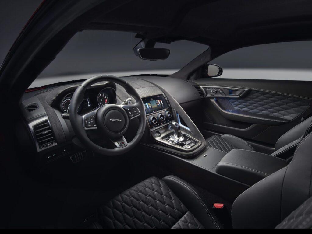 La cura dei dettagli e la pesonalizzazione spinta a seconda dei modelli disponibili è una delle caratteristiche della Jaguar F-Type MY2018. I sedili variano per forma e rivestimenti. Questi sono gli interni della SVR