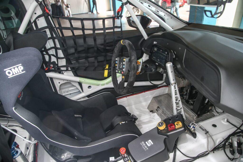 Il cockpit della TCR e della Cup edizione 2017 sono uguali. Al centro ia leva del freno idraulico prezioso supporto in partenza.