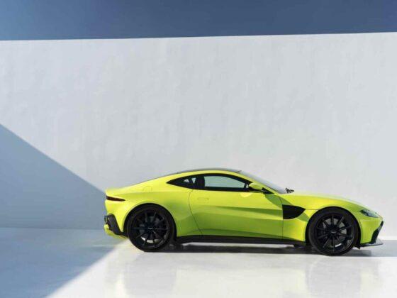 Vista laterale della nuova Aston Martin Vantage