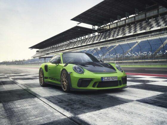 Immagine della nuova Porsche GT3 RS statica davanti ad un traguardo di un circuito