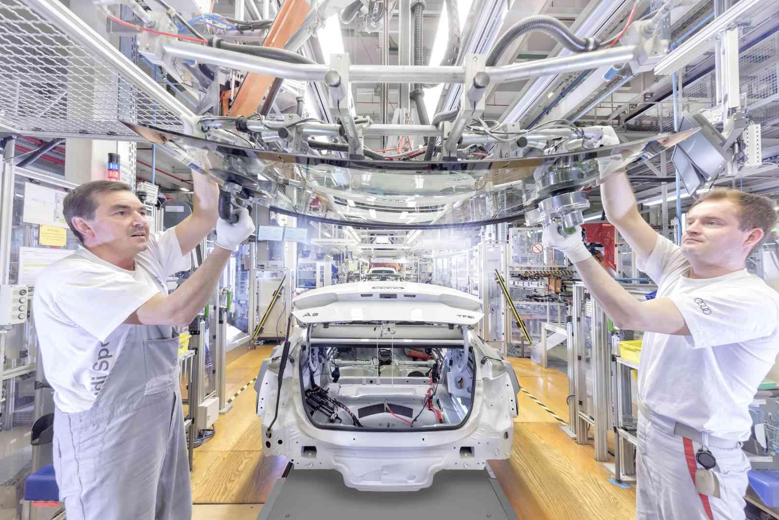 La linea di montaggio dell' Audi A5 Coupé/Sportback: l'assemblaggio del parabrezza e del lunotto