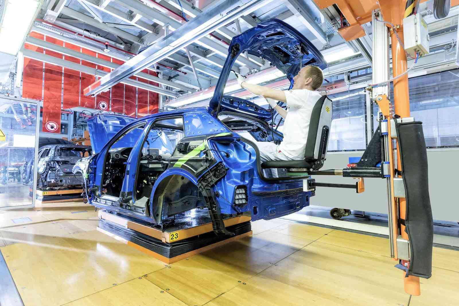 Oltre alla disponibilità di esoscheletri dedicati, in alcune stazioni della linea di montaggio (qui quella della Audi Q2) sono previste delle sedie specifiche per facilitare il lavoro degli addetti. Maggiore ergonomia vuol dire maggiore precisione ed accuratezza
