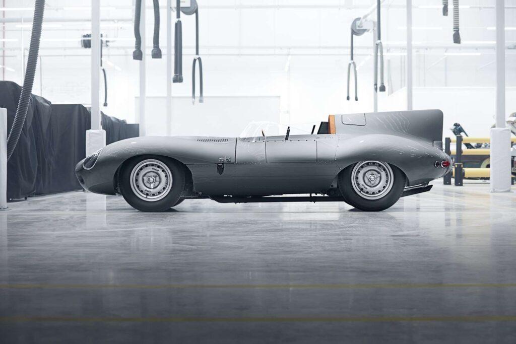 Una vista laterale statica della jaguar D-Type