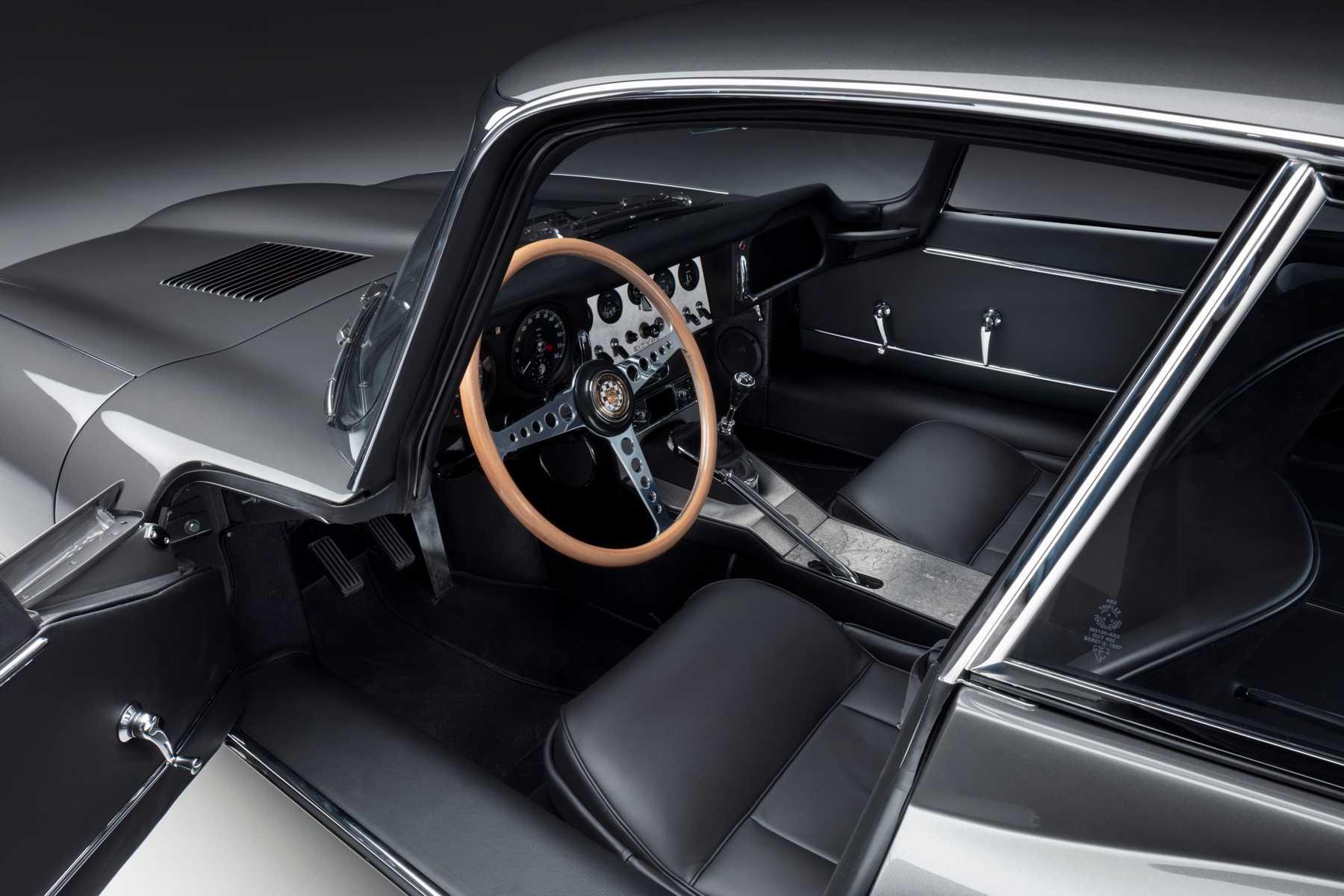 L'interno della Jaguar E coupé restaurata per il  60.mo anniversario del modello